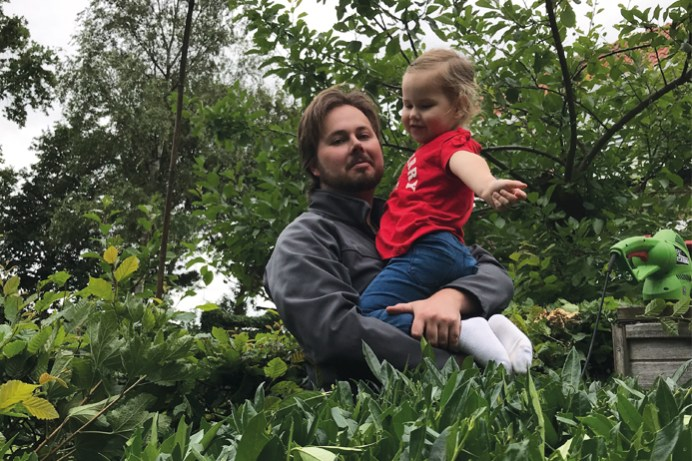 Met papa in de tuin