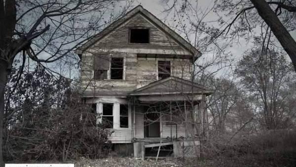 Rumah berhantu karena ditinggal kerja. Peluang bisnis Irma Vania.