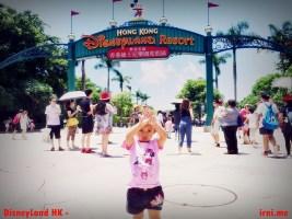 Gerbang menuju Disneyland Hongkong - Anaknya sebenarnya protes disuruh gaya-gayaan pas foto