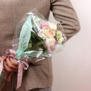 花束をもつ男性3