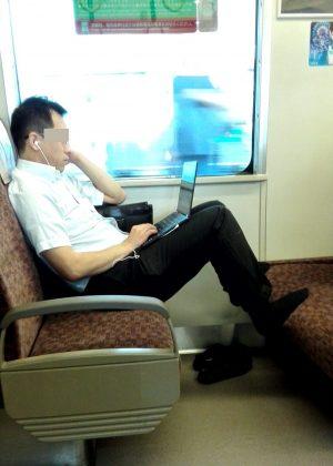電車マナー足乗せ