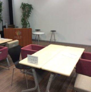ラボガーデンでは、沢山のテーブルがあり、食事や勉強、仕事などができた。