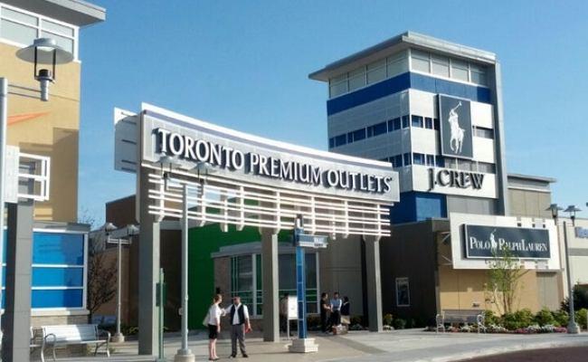 Toronto Premium Outlets Shopping Mall In Halton Hills
