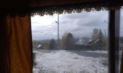 Schnee auf dem Weg nach Baikalsk - umrahmt vom Busfenstervorhang.