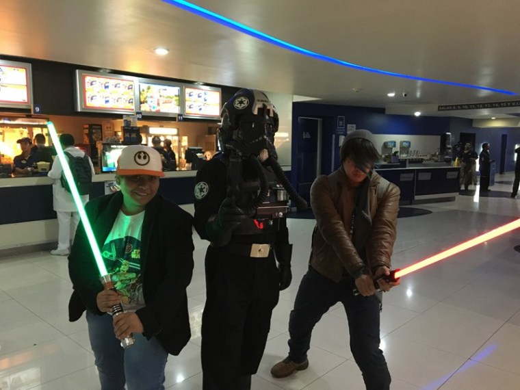 Star-Wars-The-Force-Awakens-Fans-Plaza-Universidad-1