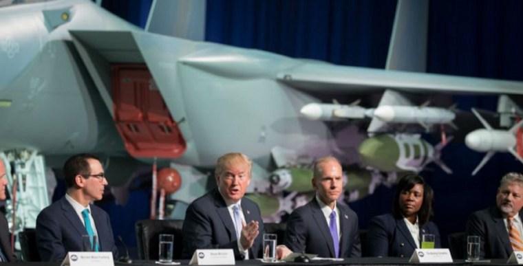 Donald-Trump-pdte-de-eu-en-avión-768x391