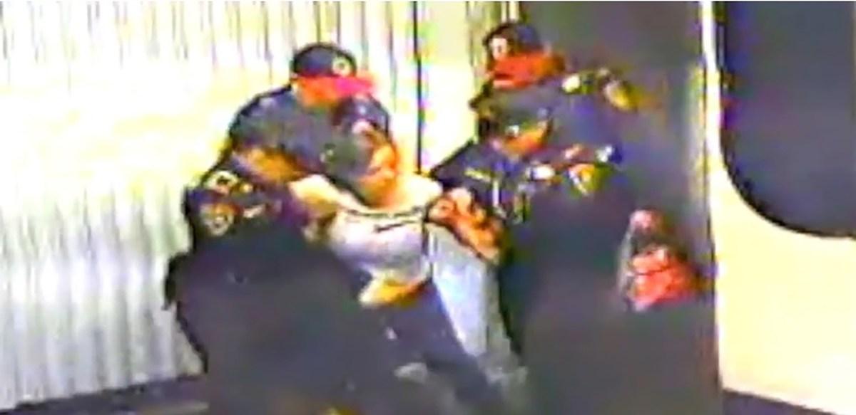 Sufre infarto en el Metro y policías la sacan sin atención médica