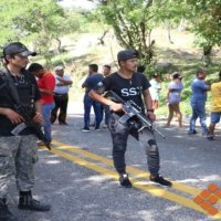 Bloqueo y quema de autos sobre la carretera México-Acapulco