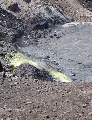 hawaii-gelber schwefel am kraterrand 079