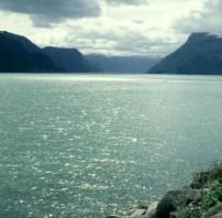sued-norwegen-fjord-gegenlicht