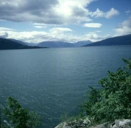 sued-norwegen-fjord-weit