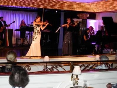 Traumschiff Violinistinnen beim Abendkonzert