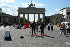 berlin-brandburger-tor-soldaten