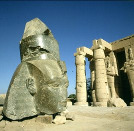 Totentempel-Ramesseum-Ramseskopf-heute Museum