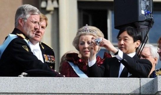 皇太子殿下 オランダ女王の前でカメラを突き出す