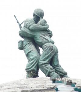 韓国 戦争記念館 戦場で再会した兄弟の像
