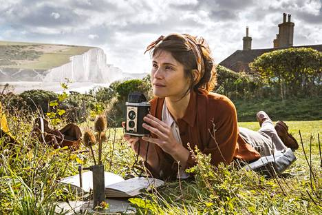 """Summer Country is a great drama filmed in stunning British landscapes, about friendship and love. """"My character is pretty mean and stubborn, but little by little he learns to understand other people and realizes that love also has many different levels,"""" says Gemma Arterton, who plays the author in the film."""