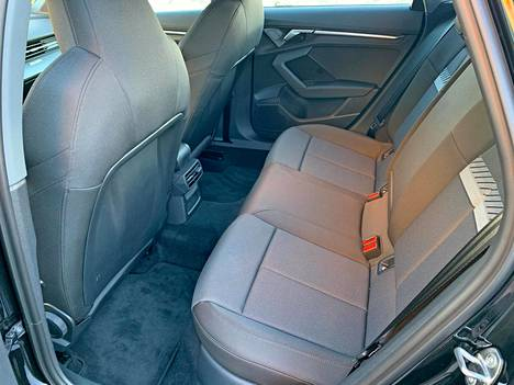 The front seats are also a sports model as standard, but the rear seat instead represents a common sense flat style.  The average fits in the back seat just fine.