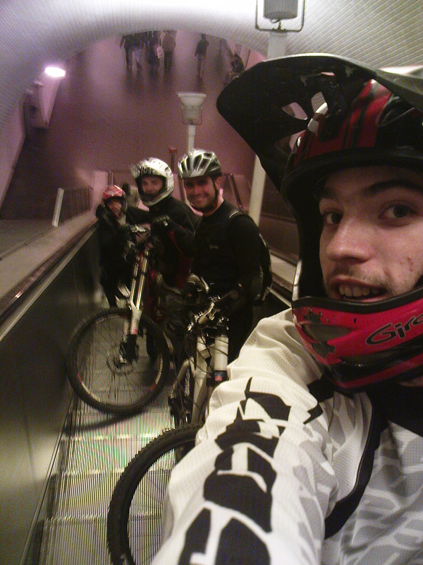 "Zé ""Maradu"" Barreiro, ..., Vodka, Xavier e o Skull(escondido) nas escadas do metro na Baixa-Chiado"
