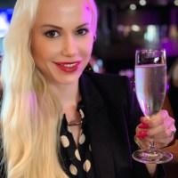 Champus trinken im brandneuen Coolsingel Café im Kaufhaus de Bijenkorf in Rotterdam