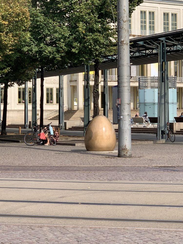 Augustusplatz . Leipzig . Uniriese . Paulinum . Mendebrunnen . Gewandhaus . Oper . Universität . City-Hochhaus . IsabellaMueller . @Isabella_Muenchen . Demokratieglocke . Kroch-Hochhaus