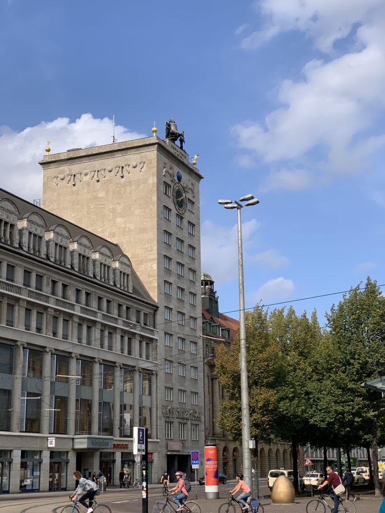 Demokratieglocke . Krochhochhaus . Leipzig . Augustusplatz . IsabellaMueller . @Isabella_Muenchen .