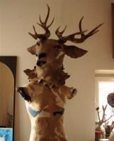tête de cerf posée sur mannequin (sans tête)