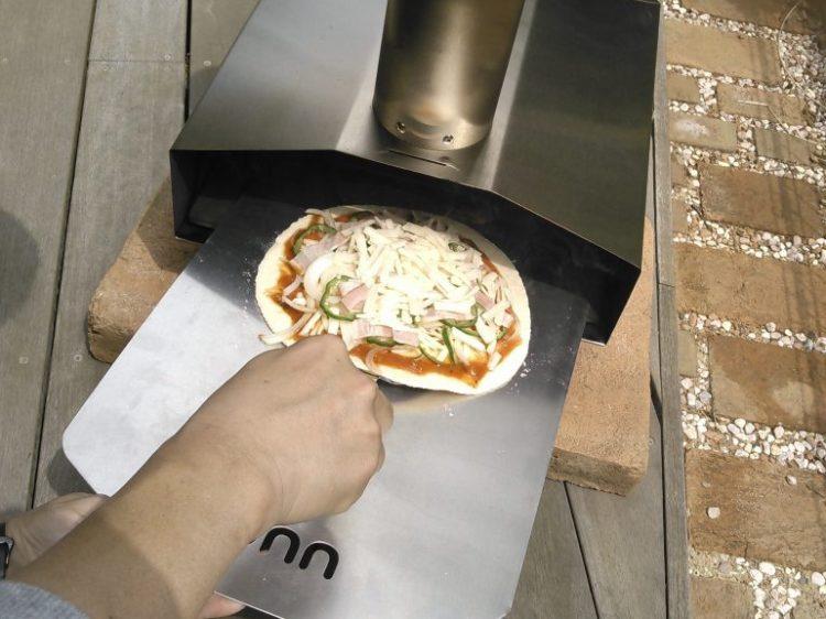 ピザを窯の中へ