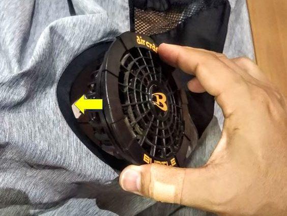 ウェアの外側からファンを穴に通す