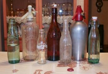 Serie di bottiglie e sifoni. Foto Angelo e Alfredo Bongelli.