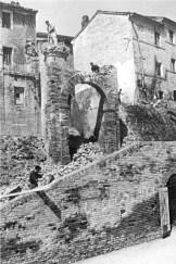 Porta San Giovanni mentre viene demolita nel 1956. Archivio Storico Comunale.