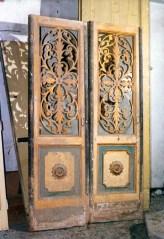 Antiche porte d'ingresso oscillanti del teatro Mugellini. Sotterranei di San Francesco prima del lavoro di ripulitura del 1996. Archivio fotografico Ufficio Economato Potenza Picena.