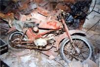 Moto Parilla. Sotterranei di San Francesco prima del lavoro di ripulitura del 1996. Archivio fotografico Ufficio Economato Potenza Picena.