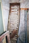 Lettiga in legno dell'ospedale civico. Sotterranei di San Francesco prima del lavoro di ripulitura del 1996. Archivio fotografico Ufficio Economato Potenza Picena.