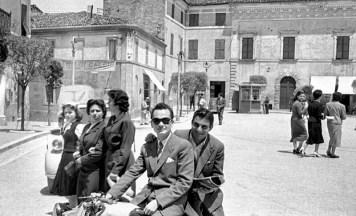 Piazza Matteotti, in primo piano in moto Mario Grandinetti e Giovanni Sabbatini.