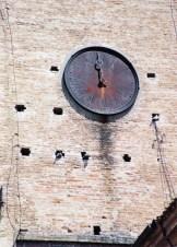 Quadrante Isidoro Sommaruga del 1887 completamente arrugginito della Torre Civica visto da via Mariano Cutini. Foto Luigi Anzalone.