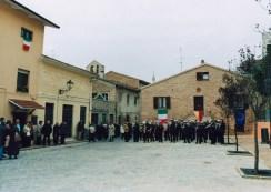 Suona la Banda Cittadina intervenutua all'inaugurazione ristrutturato Piazzale San Martino a Galiziano il giorno domenica 23 novembre 2003. Foto di Silvio Menghi.