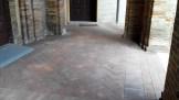 Pavimento in mattoni del Loggiato sotto al Palazzo Comunale dopo aver tolto tutte le comme da masticare. Foto Simona Ciasca Ufficio Economato.