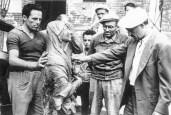 Sulla dx Nino Patrizi. Anno 1955. Collocazione della statua della Madonna Assunta sulla parete della Torre Civica. Foto di Bruno Grandinetti messa gentilmente a disposizione da Antonio Bianchini.