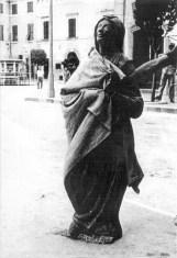 Anno 1955. Collocazione della statua della Madonna Assunta sulla parete della Torre Civica. Foto di Bruno Grandinetti messa gentilmente a disposizione da Antonio Bianchini.