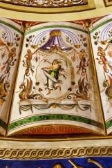 Baccante con velo bianco mentre danza recando in mano una verga decorata da un nastro. Foto di Sergio Ceccotti.