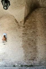 Infiltrazione d'acqua pluviale all'interno della Porta di Galiziano. Foto di Sergio Ceccotti.