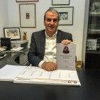 Il Sen. Mario Morgoni con il volume su Bruno Mugellini. Foto di Mario Morgoni.