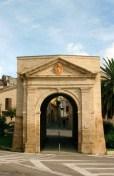 """Porta Galiziano, facciata. Foto tratta dal libro """"Il fascino della storia, il respiro del mare. Potenza Picena"""", 2009."""