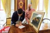 Il Sindaco mentre firma il verbale di donazione del quadro. 18 maggio 2016 donazione quadro di Luis Dottori al Comune di Potenza Picena. Foto di Sergio Ceccotti.
