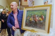 José Alberto Caruso Dottori mostra il quadro dopo aver tolto l'imballo.18 maggio 2016 donazione quadro di Luis Dottori al Comune di Potenza Picena. Foto di Sergio Ceccotti.