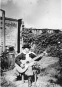 Carlos Montero da ragazzino mentre suona la chitarra. Foto di Emilio Zamboni.