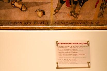 Tavola di Bernardino di Mariotto, del 1506 - cartello descrittivo dell'opera. Foto di Sergio Ceccotti.
