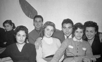 """11. Bruna Simonetti, Giuseppina Fioranelli, Bruno Grandinetti, Alberto Rosciani, Beatrice Bianchi, Antonia Matalucci e Elvira Meschini - Fototeca Comunale """"B. Grandinetti"""""""