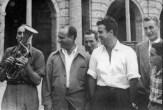 """Piazza Matteotti da sx """"Il Fachiro"""" che suona il flicorno tenore, Fangio, Marimon, Giovanni Re, Sergio Sabbattini, alle spalle Romeo Renzi. Fototeca Comunale """"B. Grandinetti""""."""